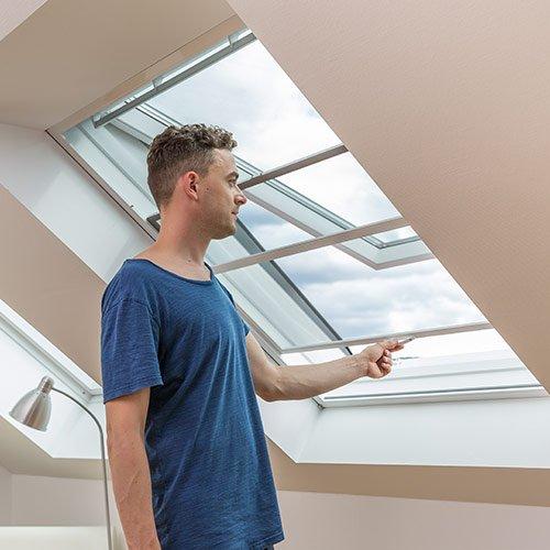 Insketenschutz Dachfensterlösung wird geöffnet